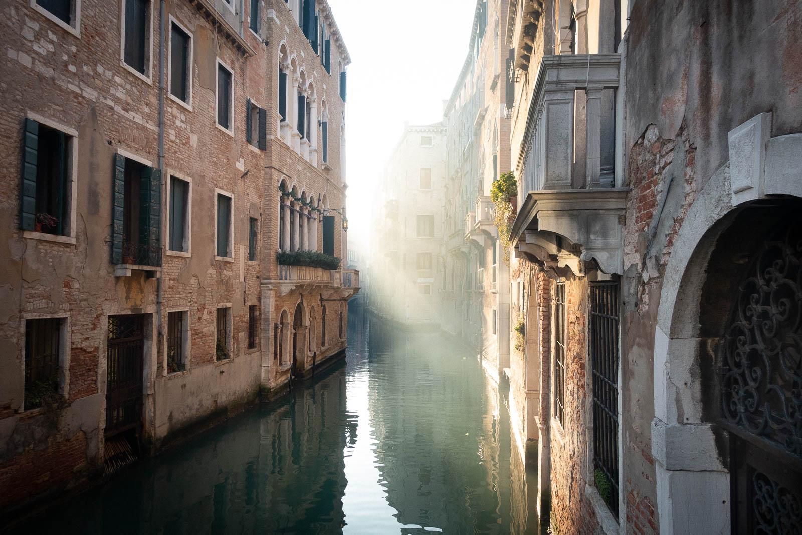 Venedig: Kanal im Morgenlicht