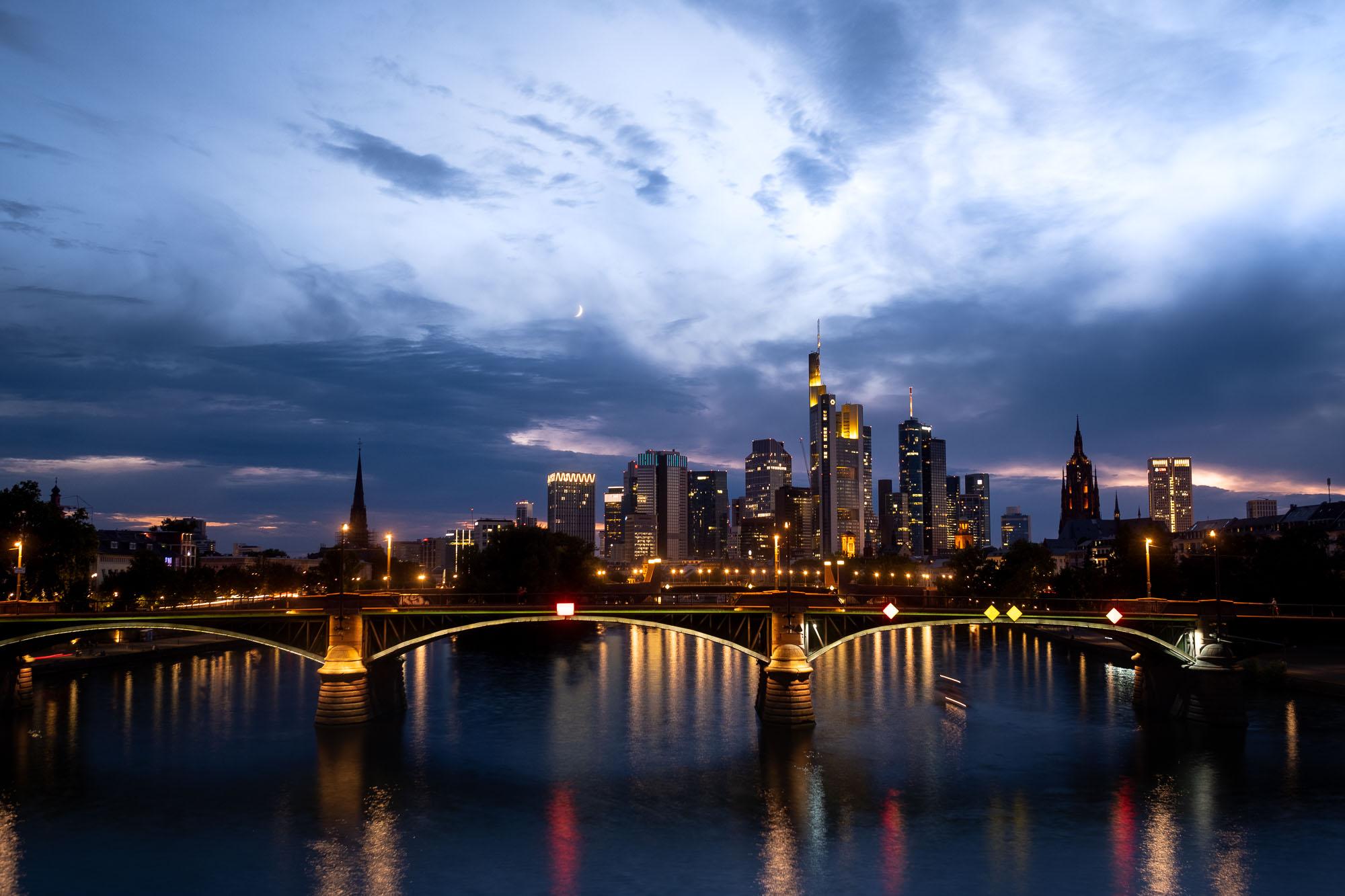 City - Lights: Skyline Frankfurt nach Sonnenuntergang zur Blauen Stunde